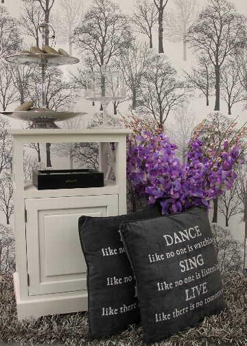 Sisustus - olohuone - lilan sävyiset kukat osana yksityiskohtaista sisustustyyliä