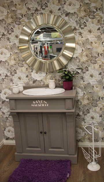 Sisustus - kylpyhuone - klassiset tyylipiirteet ja runsaskuvioinen tapetti