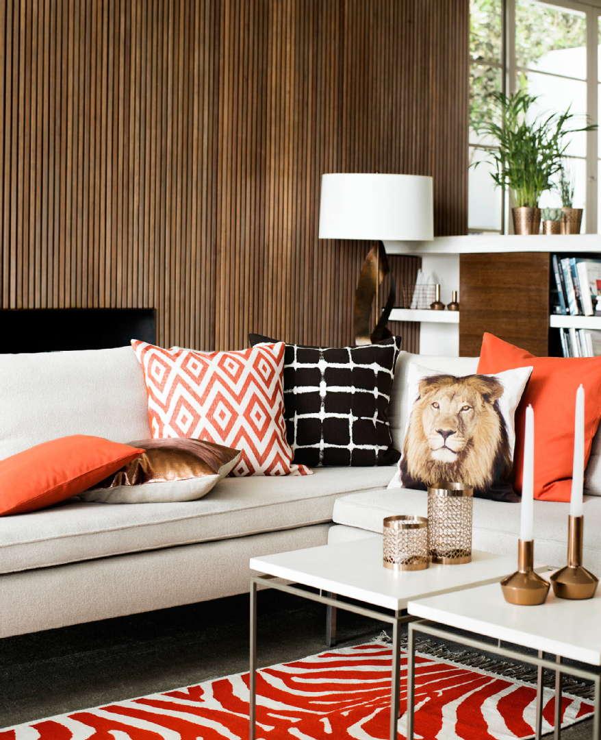 sormipaneeli, oranssi matto, valkoinen sohva