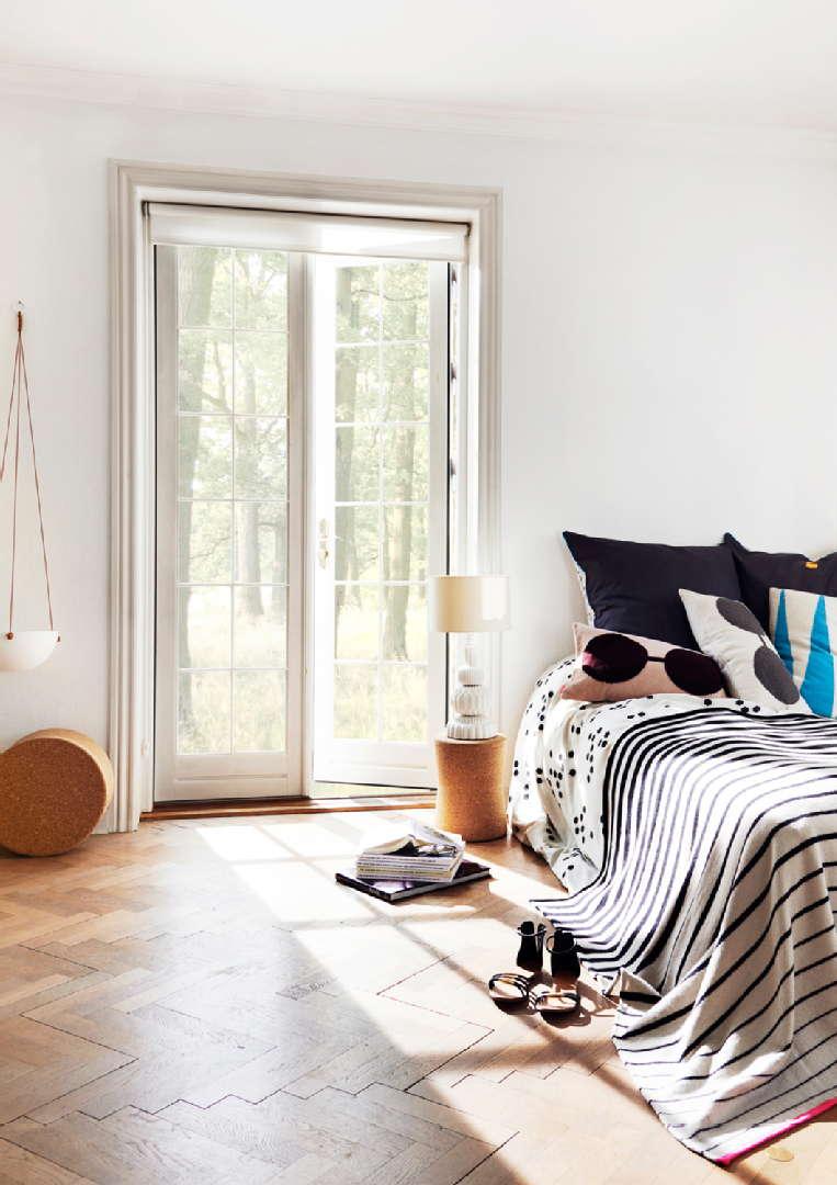Makuuhuoneen sisustus, kesä, Room21.fi: OyOy Bardell tyyny ja black/white viltti