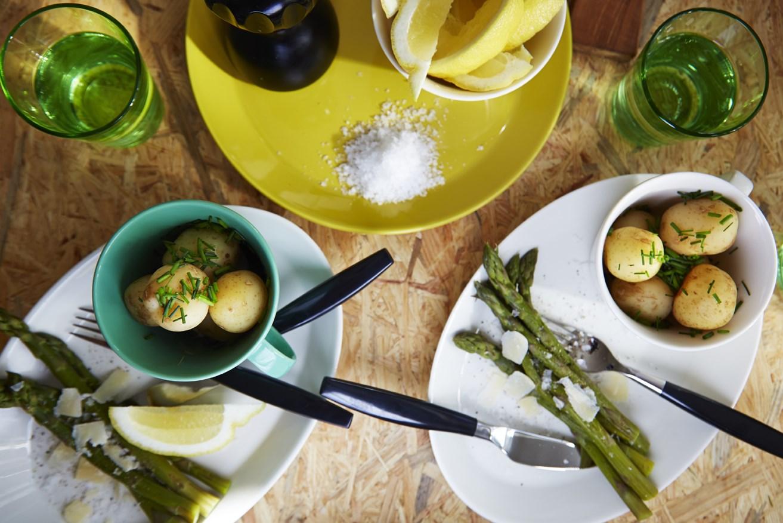 Ruokailutilan kattaus, kesä, astiat, Iittala: Koko muki 0,35l niitty, Kartio juomalasi 40cl omenanvihreä, Koko lautanen 27cm sahrami