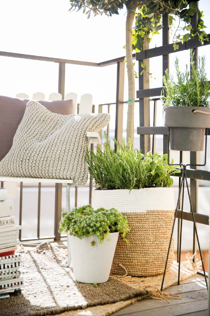 Parvekkeen ja terassin sisustus, Room21: Grythyttan nojatuoli, Bloomingville Raffia kori, Ferm Living Plant ruukkuteline ja ruukku, Tell Me More Rope tyynynpäällinen