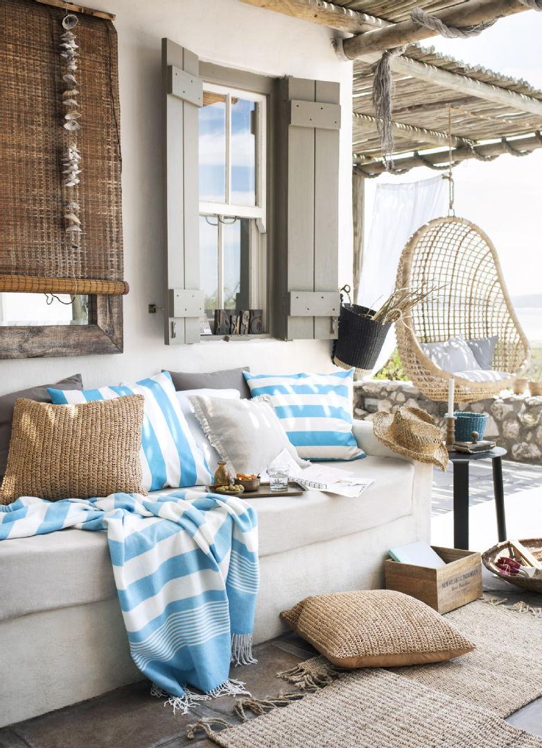 Terassin sisustus, tekstiilit, Ideapark: H&M Home tyynynpäälliset, raidallinen huopa ja juuttimatto